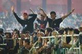 Sejumlah penggemar musik Campur Sari berjoget di Stadion Brawijaya, Kota Kediri, Jawa Timur, Jumat (29/11/2019) malam. Konser penyanyi Campur Sari Didi Kempot yang dihadiri puluhan ribu penonton tersebut untuk memeriahkan Hut ke-48 Korps Pegawai Republik Indonesia  (Korpri). Antara Jatim/Prasetia Fauzani/zk.