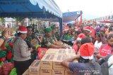 TNI bagi 6.000 paket bahan makanan pokok dan tas di Jayawijaya