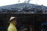 Angin kencang rusak puluhan rumah