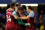 Penjaga gawang West Ham memeluk ayahnya setelah taklukan Chelsea