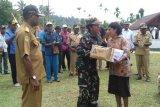 Warga Swandiwe mendapat bingkisan Natal dari prajurit Lanal Biak