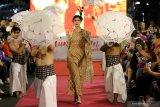 Sejumlah peragawan dan peragawati memamerkan busana yang dikenakannya pada Peragaan Busana Di Jalan (Fashion on The Street) saat 'Mlaku-Mlaku Nang Tunjungan' di Jalan Tunjungan, Surabaya, Jawa Timur, Minggu (1/12/2019). Peragaan busana itu memamerkan sejumlah busana karya 28 pelaku usaha busana Pahlawan Ekonomi dan Pejuang Muda Pemkot Surabaya. Antara Jatim/Didik/ZK