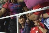 Miyabi Ozawa jadi rebutan foto pendukung Timnas U-22