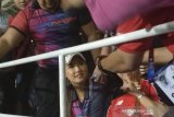 Miyabi jadi rebutan foto pendukung Timnas Indonesia