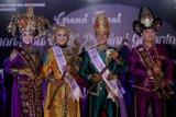 Pemenang Nou (putri) dan Uti (putra), Audia Paramata (kedua kiri) dan Ibnu Fajat Prasetyo (kedua kanan) berpose usai Grand Final Pemilihan Nou dan Uti Provinsi Gorontalo di Kota Gorontalo, Gorontalo, Sabtu (30/11/2019) dini hari. Nou dan Uti terpilih akan bertugas sebagai ujung tombak promosi pariwisata, budaya serta potensi daerah selama satu tahun ke depan. ANTARA FOTO/Adiwinata Solihin/wsj.