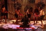 Pelakon dari Teater Api Indonesia memainkan salah satu adegan saat pementasan teater berjudul
