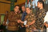 Komisioner Komisi Independen Pemilihan (KIP) Kota Banda Aceh Yusri Razali (kiri) menyerahkan penghargaan kepada Kepala Biro Antara Aceh Azhari (dua kanan) pada Pembubaran Badan Ad Hoc dan Pemberian Penghargaan Pemilu 2019 di gedung UCC KH Ahmad Dahlan Unmuha, Banda Aceh, Aceh, Sabtu (30/11/2019). Penghargaan pemilu 2019 kepada berbagai lembaga legislatif, pemerintahan, media massa dan lembaga lainnya yang telah mendukung pelaksanaan serta menyukseskan Pemilu 2019. Antara Aceh/Irwansyah Putra.