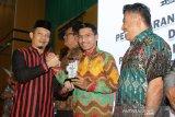 Ketua Komisi Independen Pemilihan (KIP) Banda Aceh Indra Milwaldy (kiri) menyerahkan penghargaan kepada Ketua DPRK Banda Aceh Farid Nyak Umar (dua kanan) pada Pembubaran Badan Ad Hoc dan Pemberian Penghargaan Pemilu 2019 di gedung UCC KH Ahmad Dahlan Unmuha, Banda Aceh, Aceh, Sabtu (30/11/2019). Penghargaan pemilu 2019 kepada berbagai lembaga legislatif, pemerintahan, media massa dan lembaga lainnya yang telah mendukung pelaksanaan serta menyukseskan Pemilu 2019. Antara Aceh/Irwansyah Putra.