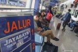 Penumpang menunggu kedatangan kereta api di Stasiun Kotabaru, Malang, Jawa Timur, Senin (2/12/2019). PT KAI Daops 8 Surabaya menambah dua jadwal keberangkatan kereta api jurusan Malang-Jakarta untuk mengantisipasi lonjakan penumpang saat libur Natal dan Tahun Baru. Antara Jatim/Ari Bowo Sucipto/zk.