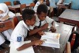 Balai Arkeologi Papua bagikan 1.500 buku Tutari kepada pelajar Jayapura