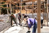 TNI membantu pembangunan rumah warga di kepulauan