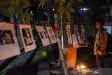Pengunjung melihat foto tokoh pantomim dunia yang dipajang pada acara Mixi Mime Festival 2019 di komunitas Celah Celah Langit, Bandung, Jawa Barat, Minggu (1/12/2019) malam. Festival yang bertemakan Daya Sukma Pantomim Untuk Semua tersebut sebagai bentuk apresiasi dan pengenalan sejarah hingga kondisi seni pantomim di Indonesia saat ini. ANTARA JABAR/Novrian Arbi/agr