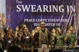 Sejumlah sukarelawan mengucapkan sumpah saat pelantikan sukarelawan Peace Corps di kampus IAIN Kediri, Kota Kediri, Jawa Timur, Senin (2/12/2019). Sebanyak 68 relawan Peace Corps yang berasal dari 30 negara bagian Amerika Serikat akan ditempatkan ke sekolah-sekolah negeri dan madrasah di Jawa Timur, Jawa Barat, dan Nusa Tenggara Timur untuk mengajar bahasa Inggris selama 24 bulan. Antara Jatim/Prasetia Fauzani/zk.