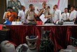 Polisi menunjukkan barang bukti dan tersangka saat ungkap kasus perdagangan benih Lobster ilegal di Polda Jawa Timur, Surabaya, Jawa Timur, Senin (2/12/2019). Unit IV Subdit IV Tipidter Ditreskrimsus Polda Jawa Timur menangkap DPK, AHP dan NW atas kasus dugaan menyelundupkan benih Lobster yang rencananya akan dijual ke luar negeri. Sejumlah barang bukti diamankan dalam kasus tersebut salah satu diantaranya 7.300 ekor benih lobster jenis Pasir dan 2.978 ekor benih lobster jenis Mutiara. Antara Jatim/Didik/Zk