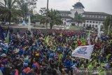 Massa yang tergabung dalam Aliansi Sarikat Pekerja Buruh  Jawa Barat melakukan aksi unjuk rasa di depan Gedung Sate, Bandung, Jawa Barat, Senin (2/11/2019). Aksi tersebut mendesak untuk mencabut salah satu poin Surat Keputusan Gubernur terkait ketetapan UMK Jawa Barat tahun 2020 yang dianggap masih menguntungkan pihak perusahaan dan merugikan peker atau buruh. ANTARA JABAR/Novrian Arbi/agr