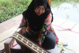 Kreasi kaos bermotif tapis kekinian produk UMKM Lampung