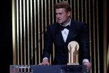 Matthijs  De Ligt raih Kopa Trophy dalam seremoni Ballon d'Or