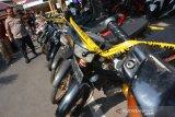 Kapolres Jombang, AKBP Boby P Tambunan menunjukkan barang bukti sepeda motor saat ungkap kasus curanmor di Mapolres Jombang, Jawa Timur, Selasa (3/12/2019). Polres Jombang berhasil mengamankan 2 orang pelaku, 2 penadah serta 19 unit sepeda motor hasil curian. Antara Jatim/Syaiful Arif/zk.