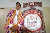 Mahasiswa Jurusan Seni Universitas Tanjungpura Pontianak Dede Rahmat (25 tahun) berpose di sela audisi Liga Dangdut Indonesia (LIDA) 2020 untuk wilayah Kalimantan Barat di Mall Ramayana Pontianak, Kalimantan Barat, Minggu (1/12/2019). General Manager Production Indosiar dan SCTV Allan Dilyanto menyatakan untuk di wilayah Kalbar terdapat 401 peserta dari sejumlah daerah di Kalbar yang mengikuti audisi LIDA 2020, yang merupakan kompetisi dangdut terbesar di Indonesia tersebut dan nantinya akan dipilih dua peserta terbaik dari tiap provinsi di Indonesia untuk berlaga di Show LIDA 2020 di Jakarta. ANTARA KALBAR/Jessica Helena Wuysang