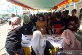 Sejumlah peserta melakukan registrasi pendaftaran untuk mengikuti seleksi Audisi Liga Dangdut Indonesia (LIDA) 2020 untuk wilayah Kalimantan Barat di Mall Ramayana Pontianak, Kalimantan Barat, Minggu (1/12/2019). General Manager Production Indosiar dan SCTV Allan Dilyanto menyatakan untuk di wilayah Kalbar terdapat 401 peserta dari sejumlah daerah di Kalbar yang mengikuti audisi LIDA 2020, yang merupakan kompetisi dangdut terbesar di Indonesia tersebut dan nantinya akan dipilih dua peserta terbaik dari tiap provinsi di Indonesia untuk berlaga di Show LIDA 2020 di Jakarta. ANTARA KALBAR/Jessica Helena Wuysang