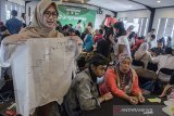 Sejumlah pelaku usaha kuliner mengikuti pelatihan bisnis ramah lingkungan pada acara Gojek Wirausaha Gogreener di Hotel Moxy, Bandung, Jawa Barat, Selasa (3/12/2019). Pelatihan tersebut sebagai langkah Gojek dalam memfasilitasi pengetahuan mitra merchant dan pelaku usaha kuliner untuk mengurangi penggunaan plastik sekali pakai dalam keseharian operasinal bisnis kuliner. ANTARA JABAR/Novrian Arbi/agr