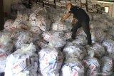 PEMBONGKARAN KOTAK SUARA PEMILU DI MALANG. Pekerja menata tumpukan surat suara saat pembongkaran kotak suara Pemilu di Gudang KPU, Malang, Jawa Timur, Selasa (3/12/2019). KPU setempat menargetkan pembongkaran 11.845 kotak suara tersebut selesai dalam kurun waktu tiga bulan untuk selanjutnya akan menjalani proses lelang. Antara Jatim/Ari Bowo Sucipto/zk