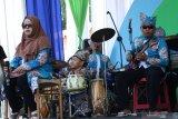 Penyandang disabilitas mementaskan seni musik pada Hari Disabilitas Internasional di  Banyuwangi, Jawa Timur, Selasa(3/12/2019). Di Banyuwangi, hari disabilitas dikemas dalam