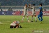 Pesepakbola Persela Lamongan Eky Taufik (kiri) melakukan sujud sukur usai pertandingan melawan Persib Bandung pada laga lanjutan Liga 1 di Stadion Si Jalak Harupat, Kabupaten, Bandung, Jawa Barat, Selasa (3/12/2019). Pertandingan tersebut dimenangkang oleh tim tamu Persela Lamongan dengan dengan skor 0-2. ANTARA JABAR/Raisan Al Farisi/agr