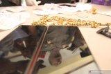 Kapolresta Banyuwangi AKBP Arman Asmara Syarifudin menunjukan barang bukti saat rilis Pencurian perhiasan di Polresta,  Banyuwangi, Jawa Timur, Selasa(3/12/2019). Polisi berhasil mengamankan residivis pencurian perhiasan seperti cincin, gelang, kalung serta telepon genggam yang pelakunya masih anak-anak dengan nilai sekitar Rp90 juta. Antara Jatim/Budi Candra Setya/zk.