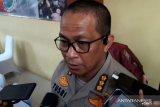 Kabid Humas Polda Metro dicecar pertanyaan terkait ledakan granat asap
