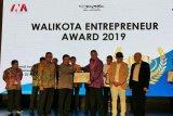 Wako Pariaman terima penghargaan Entrepreneur Award 2019 bidang pendidikan