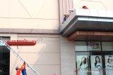Petugas Pemadam Kebakaran (Damkar) dan Palang Merah Indonesia (PMI) berusaha menyelamatkan korban yang terjebak dalam gedung bertingkat saat simulasi evakuasi korban kebakaran di kawasan Galuh Mas, Karawang, Jawa Barat, Kamis (5/11/2019). Simulasi tersebut bertujuan untuk meningkatkan kemampuan standar kesiagaan personel dalam menanggulangi kecelakaan kebakaran dan menyelamatkan korban kebakaran di gedung bertingkat. ANTARA JABAR/M Ibnu Chazar/agr