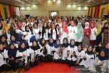 Menteri Pemberdayaan Perempuan dan Perlindungan Anak (PPPA) I Gusti Ayu Bintang Puspayoga (tengah) bersama pelaku usaha rumah tangga dan petugas lapangan program Membina Ekonomi Keluarga Sejahtera (Mekaar) PT Permodalan Nasional Madani (PNM) di Amel Convention Hall, Banda Aceh, Aceh, Kamis (5/12/2019). Pada kunjungan perdana sejak menjabat Menteri PPPA ke provinsi Aceh Bintang Puspayoga mengajak seluruh perempuan untuk mandiri secara ekonomi guna meningkatkan kesejahteraan dan mencegah kekerasan dalam keluarga. Antara Aceh/Irwansyah Putra.