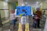 Pengunjung mengamati sebuah replika robot yang terbuat dari barang bekas saat Festival Kurangi, Pisahkan dan Manfaatkan (Kang Pisman) di Bandung, Jawa Barat, Jumat (6/12/2019). Festival Kang Pisman yang diikuti oleh berbagai pegiat lingkungan serta institusi kebersihan daerah tersebut menampilkan ratusan karya seni yang terbuat dari bahan tidak terpakai guna menerapkan program kurangi, pisahkan dan manfaatkan oleh Pemkot Bandung. ANTARA JABAR/Raisan Al Farisi/agr