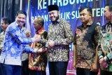Wali Kota Padang Panjang terima penghargaan dari KI Sumbar