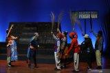 Pemain dari Teater Gandrik memainkan salah satu adegan saat pementasan teater Para Pensiunan 2049 di Ciputra Hall, Surabaya, Jawa Timur, Jumat (6/12/2019). Pementasan teater Para Pensiunan 2049 yang naskahnya ditulis oleh Agus Noor dan Susilo Nugroho tersebut berkisah tentang para pensiunan jenderal, politisi, hakim dan profesi lainnya yang sedang menikmati masa tua dan menunggu mati dengan tenang. Antara Jatim/Moch Asim/zk.