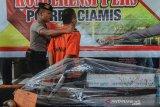 Polisi menggiring tersangka pada gelar perkara kasus pembalakan liar di Mako Polres Ciamis, Jawa Barat, Jumat (6/12/2019). Polres Ciamis mengamankan satu tersangka ilegal loging dilahan milik Perhutani seluas 13 hektare dengan tujuan membuka lahan baru yang nantinya akan ditanami tanaman kapol dengan kerugian negara mencapai Rp1,2 miliar dan mengamankan ratusan kayu gelodongan. ANTARA JABAR/Adeng Bustomi/agr