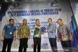 Ketua Dewan Pimpinan Cabang (DPC) Himpunan Wiraswasta Nasional Minyak dan Gas Bumi (Hiswana Migas) Kota Pontianak terpilih periode 2019-2023 terpilih Yuliansyah (kedua kanan) memberikan cinderamata kepada Wali Kota Pontianak Edi Rusdi Kamtono (ketiga kiri) saat pelantikan di Pontianak, Kalimantan Barat, Kamis (5/12/2019) malam. Dari hasil Musyawarah cabang ke IX DPC Hiswana Migas Pontianak tersebut menetapkan Yuliansyah sebagai ketua dan Harry Daya Ardianto sebagai sekretaris. ANTARA FOTO KALBAR/Jessica Helena Wuysang