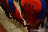 Tersangka penyalahgunaan narkotika saat rilis ungkap kasus narkotika di Mapolres Jombang, Jawa Timur, Jumat (6/12/2019). Satreskoba Polres Jombang berhasil mengungkap kasus peredaran narkotika dengan barang bukti sebanyak 42,23 gram sabu, 23 ribu butir pil dobel L dan 490 butir obat penenang riklona clonazepam dari tiga orang pelaku. Antara Jatim/Syaiful Arif/zk.
