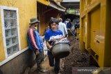 Warga mengevakuasi pakaian yang terdampak lumpur pascabanjir bandang di Kertasari, Kabupaten Bandung, Jawa Barat, Sabtu (7/12/2019). Sedikitnya 20 rumah dan lahan pertanian di kawasan tersebut mengalami kerusakan serta terendam lumpur akibat banjir bandang yang terjadi pada Jumat (6/12) lalu. ANTARA JABAR/Novrian Arbi/agr