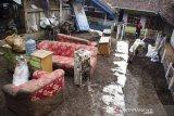Warga membersihkan perabotan rumah tangga yang terkena lumpur pascabanjir bandang di Kertasari, Kabupaten Bandung, Jawa Barat, Sabtu (7/12/2019).  Sedikitnya 20 rumah dan lahan pertanian di kawasan tersebut mengalami kerusakan serta terendam lumpur akibat banjir bandang yang terjadi pada Jumat (6/12) lalu. ANTARA JABAR/Novrian Arbi/agr