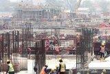 Sejumlah pekerja menyelesaikan pengerjaan proyek pembangunan Pembangkit Listrik Tenaga Gas dan Uap (PLTGU) Jawa 1 berkapasitas 1.760 MW di Cilamaya, Karawang, Jawa Barat, Jumat (6/11/2019). PT Jawa Satu Power mencatat proyek pembangunan PLTGU tersebut telah mencapai 45 persen dan menargetkan mencapai 50 persen pada akhir tahun 2019. ANTARA JABAR/M Ibnu Chazar/agr