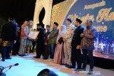 Plt Gubernur Aceh, Nova Iriansyah ( ketiga kiri) didampingi Ketua Perkumpulan Pariwisata Halal Indonesia (PPHI), Riyanto Sofian (kiri) memberikan Anugerah Wisata Halal kepada sejumlah pelaku dan pegiat wisata di Banda Aceh, Jumat (6/12/2019) malam. PPHI Aceh tahun 2020 fokus pada peningkatan wisata halal, budaya halal dan sertifikasi halal dengan mengoptimalkan potensi daerah, infrastruktur dan pelayanan publik dalam upaya meningkatkan kunjungan wisatawan. Antara Aceh/Ampelsa.