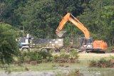 Alat berat memasukkan material galian C ke dalam truk di Daerah Aliran Sungai (DAS) Meureuboe, Kecamatan Pante Ceureumen, Aceh Barat, Aceh, Sabtu (7/12/2019). Aktivitas penambangan galian C di pedalaman Aceh Barat kian marak akibat kurangnya pengawasan dari pihak terkait, sehingga dikhawatirkan dapat memicu bencana alam terutama banjir dan tanah longsor. Antara Aceh/Syifa Yulinnas/wsj.