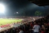 Pertandingan Badak Lampung V Persija sempat dihentikan karena penonton turun ke tepi lapangan