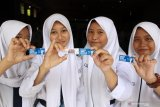 Siswa menunjukkan gantungan kunci saat peringatan hari anti korupsi sedunia di  SMPN 1 Sidoarjo, Jawa Timur, Senin (9/12/2019). Kejaksaan Negeri Sidoarjo (Kajari) memperingati hari anti korupsi sedunia dengan melakukan gowes dan memberikan edukasi tentang bahaya tidak pidana korupsi kepada siswa. Antara Jatim/Umarul Faruq/zk