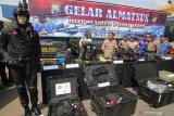 Dirpolairud Polda Jawa Timur Komisaris Besar (Kombes) Pol Arnapi (kedua kiri) memeriksa alat material khusus (Almatsus) di Polairud Polda Jawa Timur, Surabaya, Jawa Timur, Senin (9/12/2019). Menjelang Natal dan Tahun Baru 2020, Ditpolairud Polda Jawa Timur melakukan pengecekan terhadap alat material khusus (Almatsus) yang dimilikinya dan meningkatkan patroli di sepanjang alur pelayaran guna terwujudnya keamanan di wilayah hukumnya. Antara Jatim/Didik/ZK