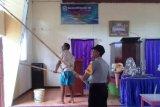 Polisi bersama warga jemaat bersihkan Gereja Eben Heazer Merauke
