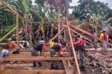 Prajurit TNI bantu bangun kembali rumah warga yang terbakar di Keerom