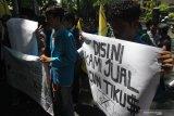Anggota Pergerakan Mahasiswa Islam Indonesia (PMII) membawa poster saat berunjukrasa memperingati hari Anti Korupsi di depan Gedung DPRD, Malang, Jawa Timur, Senin (9/12/2019). Mereka menuntut pemerintah lebih serius dalam upaya pemberantasan korupsi. Antara Jatim/Ari Bowo Sucipto/zk.